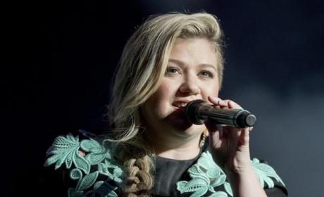 Kelly Clarkson Covers Rihanna, Blows Us Away