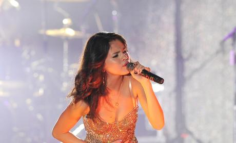 Selena Gomez to Sign Record Deal