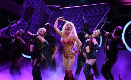 Britney Spears Dances On Stage: 2016 Billboard Music Awards
