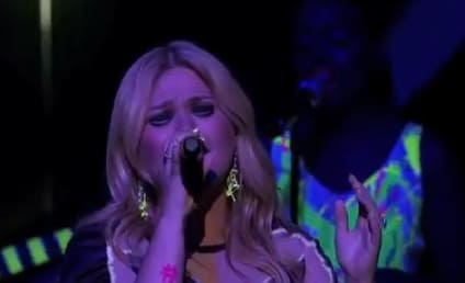 Kelly Clarkson Returns to American Idol, Is Awesome