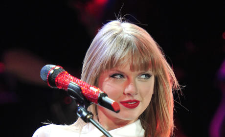 """Taylor Swift """"Hates"""" Justin Bieber, Feuding with Selena Gomez"""