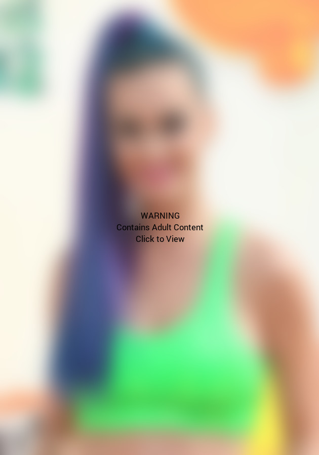 Katy Perry, Slime Sports Bra
