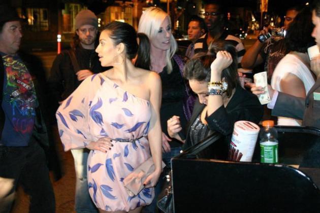 Kim at a Klub