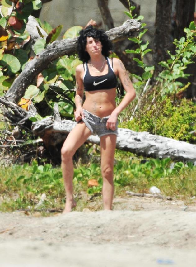Amy Winehouse Sports Bra Pic