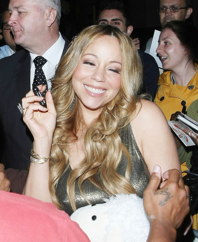 Mariah Carey Signs for Fans
