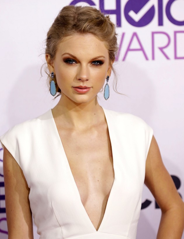 http://images.thehollywoodgossip.com/iu/t_full/v1364527720/taylor-swift-cleavage-flash.jpg