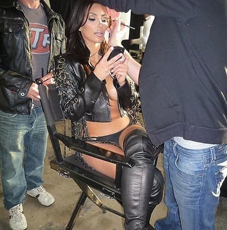 Kim Kardashian, No Bra