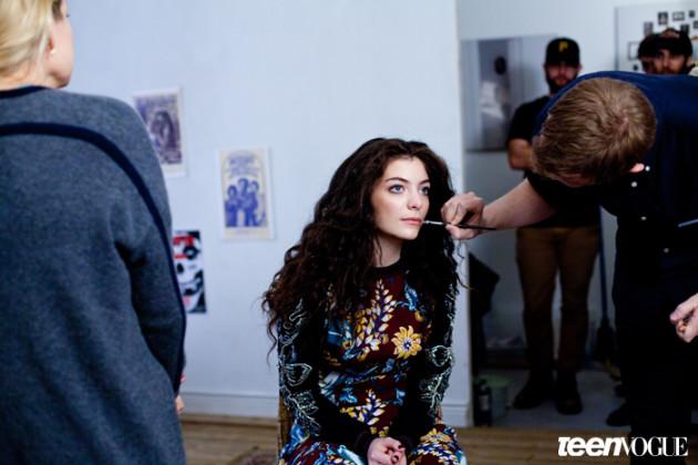 Lorde Puts on Makeup
