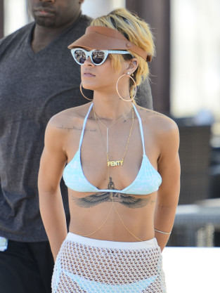 Rihanna Bikini Photo: HOT!