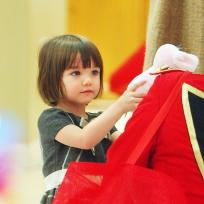 Suri-cruise-finds-holiday-cheer