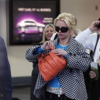Britney-spears-walks-through-airport