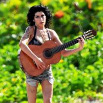 Amy-winehouse-playing-guitar