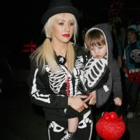 Which Hollywood mom looked cuter on Halloween?