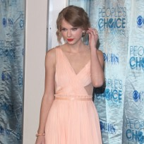 Who looked better at the People's Choice Awards, Taylor or Selena?