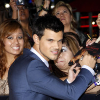 Taylor-lautner-signs-for-fans