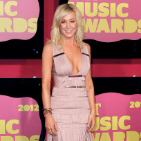 What is Kellie Pickler's best hair color?