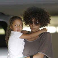 Halle-berry-carries-nahla