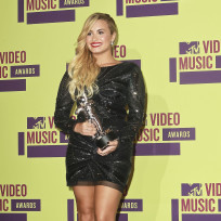 Which young beauty looked better at the 2012 VMAs?
