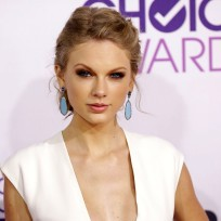 Taylor Swift Cleavage Flash