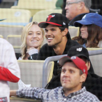 Taylor-lautner-at-baseball-game