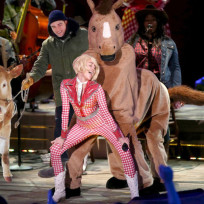 Robert-pattinson-and-cow-invade-bangerz-tour