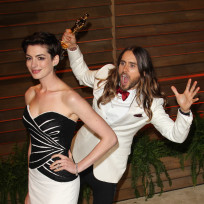 Jared-leto-photobombs-anne-hathaway