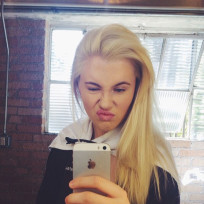 Ireland-baldwin-phone-selfie