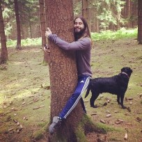 Jared-leto-hugs-a-tree