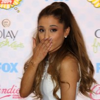 Ariana grande blows kisses