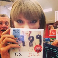 Taylor swift dad photobomb