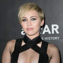 Miley cyrus shows off boobs