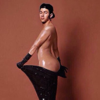 Nick jonas as kim kardashian