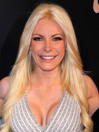 Crystal Harris, Cleavage