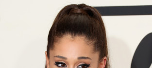 Ariana grande grammys pose