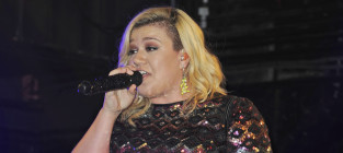"Chris Wallace Apologizes to Kelly Clarkson for ""Offensive"" Comment"