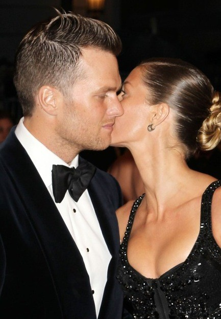 Tom and Gisele Kiss