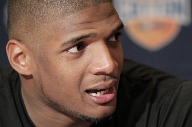 Michael Sam mouth look like its just wating to gobble dick. He gonna be tryna turn them NFL...