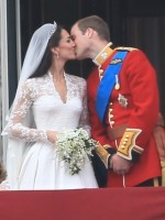 Royal Wedding: Kate and William Kiss!