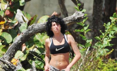 Amy Winehouse Sports Bra Pic