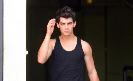 Joe Jonas Expresses Right to Bare Arms, Be Hot