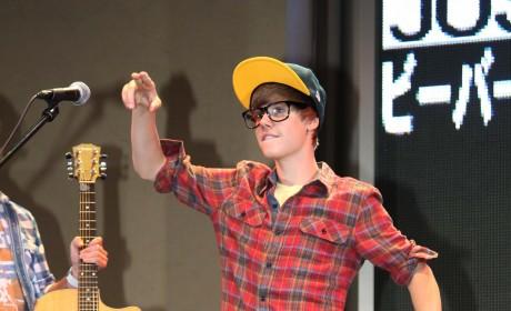 Justin Bieber Raps, Thrills Fans in Tokyo