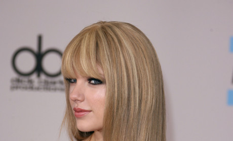 Taylor Swift Bangs Away at American Music Awards