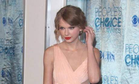 People's Choice Awards Fashion Face-Off: Taylor Swift vs. Selena Gomez