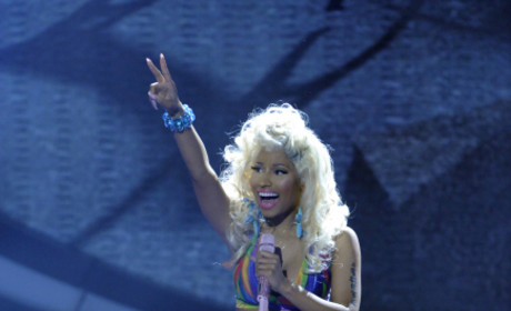 "Nicki Minaj Performs ""Starships"" on American Idol Results Show"