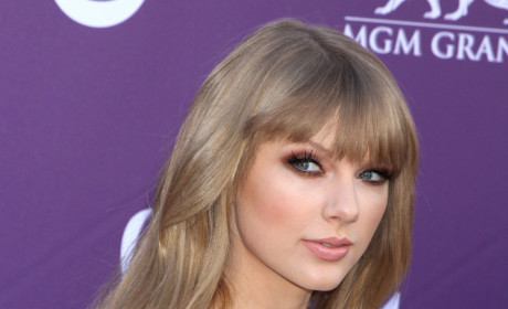 Taylor Swift to Portray Joni Mitchell in Biopic?