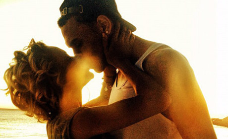 Chris Brown and Karrueche Tran: Kissing in HOT Twitter Pic!