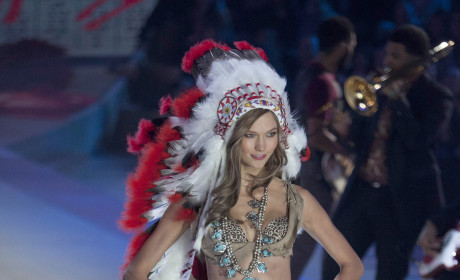 Karlie Kloss, Native American Headdress
