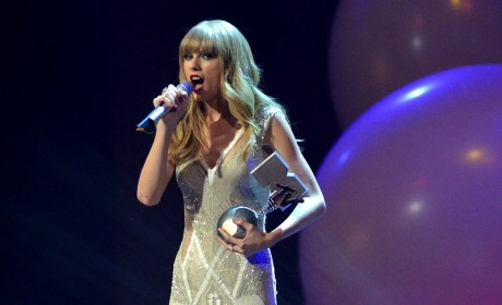 Taylor Swift to Headline New Year's Rockin' Eve
