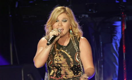 Kelly Clarkson Slams Pregnant Rumors, Explains Desire to Elope