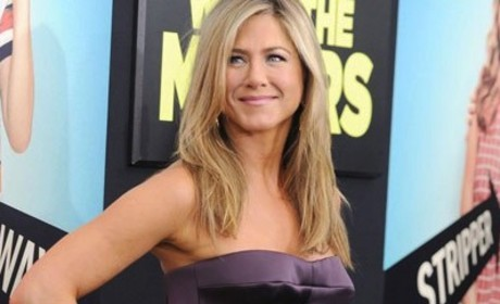 "Jennifer Aniston Pregnant? ""Baby Bump"" Photo Sparks Rumors"